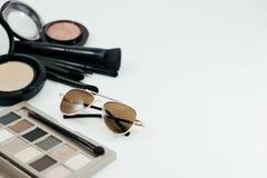 Απομονωμένα καλλυντικά αντικείμενο, σκόνη και γυαλιά στο άσπρο υπόβαθρο στοκ εικόνα με δικαίωμα ελεύθερης χρήσης