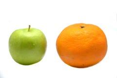 απομονωμένα μήλο πορτοκάλια Στοκ φωτογραφία με δικαίωμα ελεύθερης χρήσης