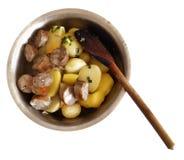 Απομονωμένα πατάτες και λουκάνικα στο βαθύ πιάτο με το ξύλινο κουτάλι Στοκ εικόνα με δικαίωμα ελεύθερης χρήσης