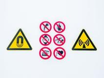 Απομονωμένα προειδοποιώντας σημάδια προσοχής στην είσοδο στην ελεγχόμενη ραδιενεργό περιοχή lightbox στο νοσοκομείο Στοκ Εικόνες
