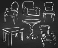 Απομονωμένα σύνολο έπιπλα σκίτσων Διαφορετικοί καρέκλες και πίνακες Συρμένη κιμωλία σε έναν πίνακα κιμωλίας Διανυσματική απεικόνι Στοκ Εικόνες