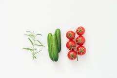 Απομονωμένα φρέσκα συστατικά για την εύγευστη σαλάτα στο άσπρο backgroud Στοκ Εικόνες