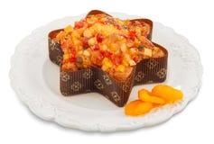 Απομονωμένα Χριστούγεννα fruitcake στο πιάτο με το ξηρό βερίκοκο Στοκ Φωτογραφία