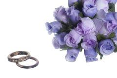 Απομονωμένες γαμήλιες δαχτυλίδι και εύνοιες Στοκ εικόνα με δικαίωμα ελεύθερης χρήσης