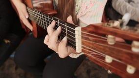 απομονωμένες παίζοντας κιθάρα λευκές νεολαίες κοριτσιών ανασκόπησης απόθεμα βίντεο
