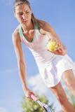 απομονωμένες παίζοντας νεολαίες λευκών γυναικών αντισφαίρισης Στοκ φωτογραφία με δικαίωμα ελεύθερης χρήσης
