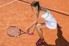 απομονωμένες παίζοντας νεολαίες λευκών γυναικών αντισφαίρισης Στοκ Φωτογραφίες