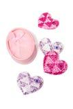 Απομονωμένες χαριτωμένες κιβώτιο και καρδιές δώρων Στοκ φωτογραφίες με δικαίωμα ελεύθερης χρήσης