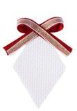 Απομονωμένη άσπρη ετικέττα δώρων διαμαντιών υφαμένη μορφή με το τόξο κορδελλών κόκκινου κρασιού Στοκ Φωτογραφίες