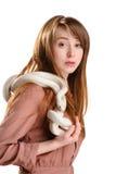 Απομονωμένη αισθησιακή κόκκινη γυναίκα με τις φακίδες και albino το άσπρο φίδι στοκ εικόνες με δικαίωμα ελεύθερης χρήσης