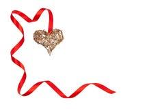 Απομονωμένη αποτελούμενη χειροποίητη ξύλινη καρδιά πλαισίων βαλεντίνων και κόκκινη κορδέλλα Στοκ φωτογραφία με δικαίωμα ελεύθερης χρήσης