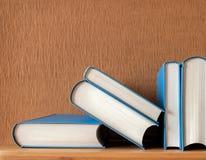απομονωμένη βιβλία στοίβα σειράς Στοκ φωτογραφία με δικαίωμα ελεύθερης χρήσης