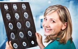 απομονωμένη γιατρός λευκή γυναίκα ανασκόπησης Στοκ εικόνα με δικαίωμα ελεύθερης χρήσης