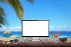 Απομονωμένη επίδειξη υπολογιστών στον ξύλινο πίνακα για το πρότυπο Παραλία, θάλασσα, φοίνικας και μπλε ουρανός στο υπόβαθρο Στοκ Εικόνες