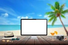 Απομονωμένη επίδειξη υπολογιστών στον ξύλινο πίνακα για το πρότυπο Παραλία, θάλασσα, φοίνικας και μπλε ουρανός στο υπόβαθρο Στοκ φωτογραφίες με δικαίωμα ελεύθερης χρήσης