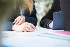 απομονωμένη λευκή γυναίκα ατόμων ανασκόπησης χέρια Στοκ φωτογραφία με δικαίωμα ελεύθερης χρήσης
