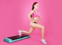 απομονωμένη λευκή γυναίκα βάρους κορμών μέτρου απώλειας Ενεργός κατάλληλη γυναίκα σε μια άσκηση βημάτων Στοκ Εικόνα