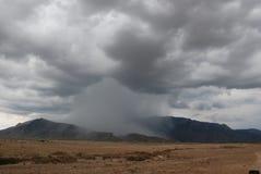 Απομονωμένη θύελλα βροντής στο πέρασμα βουνών Στοκ φωτογραφία με δικαίωμα ελεύθερης χρήσης