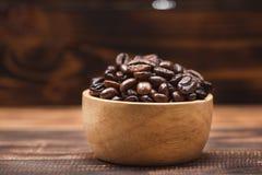 απομονωμένη ιδανικό μακροεντολή καφέ προγευμάτων φασολιών πέρα από το λευκό Σύνολο φλυτζανιών καφέ των φασολιών καφέ Στοκ φωτογραφία με δικαίωμα ελεύθερης χρήσης