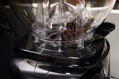 απομονωμένη ιδανικό μακροεντολή καφέ προγευμάτων φασολιών πέρα από το λευκό Προετοιμασία του ποτού μαύρο χρώμα Στοκ Εικόνες