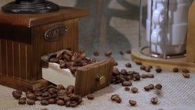 απομονωμένη ιδανικό μακροεντολή καφέ προγευμάτων φασολιών πέρα από το λευκό απόθεμα βίντεο