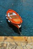 Απομονωμένη κόκκινη βάρκα στο λιμένα Στοκ Εικόνες