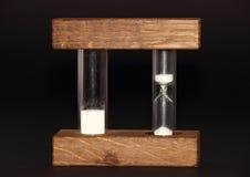 Απομονωμένη κλεψύδρα με την αναλογική και ψηφιακή ταχύτητα στο μαύρο υπόβαθρο Στοκ φωτογραφία με δικαίωμα ελεύθερης χρήσης