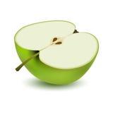 Απομονωμένη ρεαλιστική χρωματισμένη μισή φέτα του juicy πράσινου μήλου με τη σκιά στο άσπρο υπόβαθρο Πλάγια όψη Στοκ φωτογραφία με δικαίωμα ελεύθερης χρήσης