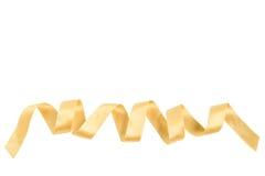Απομονωμένη σγουρή χρυσή κορδέλλα Στοκ Φωτογραφία