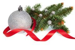 Απομονωμένη σφαίρα Χριστουγέννων με την κορδέλλα και το πεύκο Στοκ Φωτογραφία