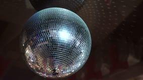 Απομονωμένη σφαίρα disco στο μαύρο υπόβαθρο απόθεμα βίντεο
