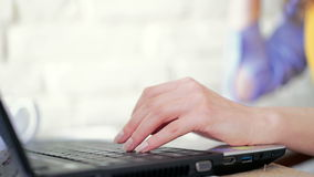 απομονωμένη χέρια δακτυλογραφώντας λευκή γυναίκα lap-top πληκτρολογίων φιλμ μικρού μήκους