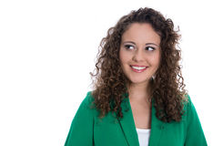 Απομονωμένη χαμογελώντας νέα γυναίκα σε πράσινο με τις μπούκλες στάσεων που φαίνονται Si Στοκ φωτογραφία με δικαίωμα ελεύθερης χρήσης