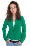 Απομονωμένη χαμογελώντας νέα γυναίκα σε πράσινο με τις μπούκλες στάσεων που φαίνονται Si Στοκ εικόνες με δικαίωμα ελεύθερης χρήσης