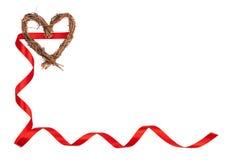 Απομονωμένη χειροποίητη ξύλινη καρδιά και κόκκινη κορδέλλα που διαμορφώνουν ένα πλαίσιο βαλεντίνων Στοκ φωτογραφία με δικαίωμα ελεύθερης χρήσης