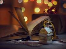 απομονωμένη Χριστούγεννα διάθεση τρία σφαιρών λευκό Ανοιγμένο βιβλίο των παραμυθιών και των διακοσμήσεων Χριστουγέννων σε έναν ξύ στοκ φωτογραφίες