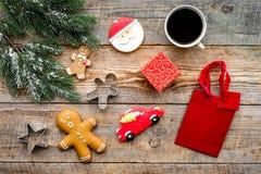απομονωμένη Χριστούγεννα διάθεση τρία σφαιρών λευκό Μπισκότα μελοψωμάτων, δώρα και κομψός κλάδος στην ξύλινη τοπ άποψη υποβάθρου Στοκ Εικόνες