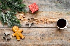 απομονωμένη Χριστούγεννα διάθεση τρία σφαιρών λευκό Μπισκότα μελοψωμάτων, δώρα και κομψός κλάδος στην ξύλινη τοπ άποψη υποβάθρου  Στοκ φωτογραφία με δικαίωμα ελεύθερης χρήσης