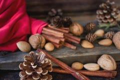απομονωμένη Χριστούγεννα διάθεση τρία σφαιρών λευκό κανέλα, ξύλα καρυδιάς και κώνος πεύκων, Στοκ εικόνες με δικαίωμα ελεύθερης χρήσης