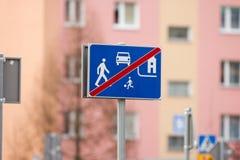 απομονωμένοι οι περιοχή πεζοί απαγόρευσαν τα περιορισμένα οδικά σημάδια επάνω Στοκ Φωτογραφία
