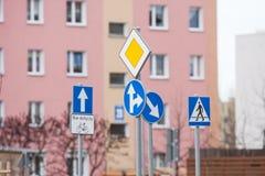 απομονωμένοι οι περιοχή πεζοί απαγόρευσαν τα περιορισμένα οδικά σημάδια επάνω Στοκ Εικόνες