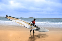Απομονωμένος άγριος ατλαντικός τρόπος windsurfer που παίρνει έτοιμος να κάνει σερφ Στοκ φωτογραφία με δικαίωμα ελεύθερης χρήσης