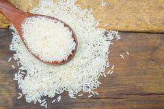 απομονωμένος άσπρος ξύλινος κουταλιών ρυζιού Στοκ εικόνα με δικαίωμα ελεύθερης χρήσης