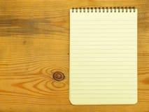 απομονωμένος ανασκόπηση άσπρος κίτρινος σκιών σελίδων σημειωματάριων Στοκ Εικόνα