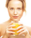 Απομονωμένος γυναίκα πυροβολισμός που πίνει το χυμό από πορτοκάλι Στοκ Εικόνες
