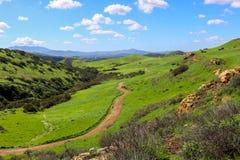 Απομονωμένος δρομέας στο ίχνος στο τοπίο βουνοπλαγιών Καλιφόρνιας στοκ φωτογραφία