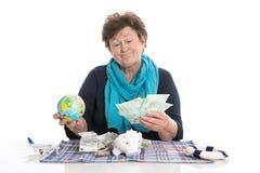 Απομονωμένος ευτυχής ανώτερος γυναίκα ή συνταξιούχος - έννοια χρημάτων για το tra Στοκ φωτογραφία με δικαίωμα ελεύθερης χρήσης