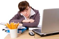 απομονωμένος καταπονημένος λυπημένος κουρασμένος εργαζόμενος γραφείων Στοκ εικόνες με δικαίωμα ελεύθερης χρήσης