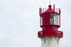 Απομονωμένος κόκκινος και άσπρος φάρος Στοκ εικόνα με δικαίωμα ελεύθερης χρήσης