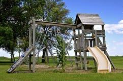 Απομονωμένος μίσχος καλαμποκιού σε ένα πάρκο του εξοπλισμού παιδικών χαρών στοκ εικόνες